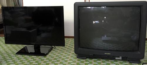 左が2014年モデルのTH-24A300、右が以前使っていた三菱のアナログテレビ21C-SS20(捨てる前に型番メモってなかった、違っていたらすみません)
