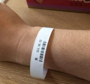 病院で装着された患者色別用のリング